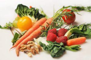 Frisches Gemüse, Himbeeren und Nüsse