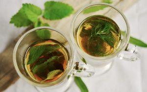 Tee mit frischen Salbeiblättern